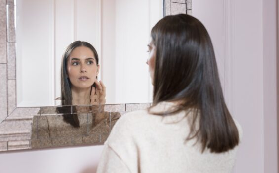 jeune femme miroir